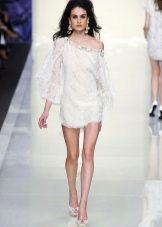 Короткое платье белое с одним рукаваом