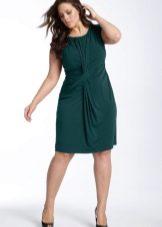Зеленое трикотажное платье средней длины для полной женщины