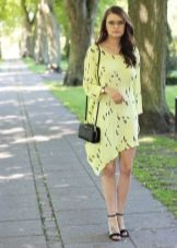 Асимметричное летнее платье в сочетание с черными босоножками