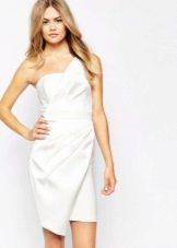 Короткое белое асимметричное платье
