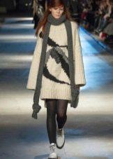 Вязанное платье-свитер с рукавами