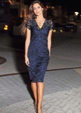 Синее платье футляр из гипюра