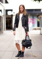 Гипюровое платье с кожаной курткой