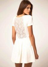 Нарядное платье с гипюром на спине
