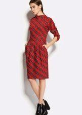 Красное платье-футляр средней длины в клетку (офисный вариант)