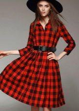 Красное платье средней длины в клетку с пышной юбкой