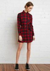 Короткое красное платье-рубашка в клетку тартан