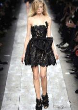 Короткое кружевное платье с пышной юбкой