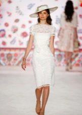 Белое кружевное платье футляр средней длины