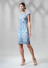 Голубое кружевное платье футляр
