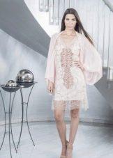 Короткое кружевное белое платье с рукавами