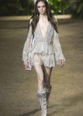 Кружевное платье со свободным длинным рукавом
