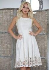 Льняное платье с ажурным кружевом по низу юбки
