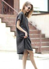 Льняное платье свободного кроя средней длины