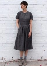 Льняное приталенное платье длины миди ниже колена