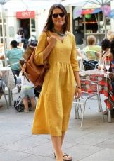 Желтое льняное платье
