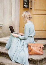 Голубое льняное длинное платье