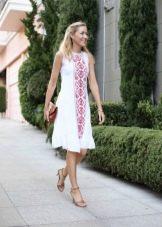 Красная вышивка на белом льняном платье