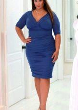 Синее офисное платье-футляр для полных