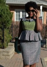 Серое офисное платье-футляр с баской для полных