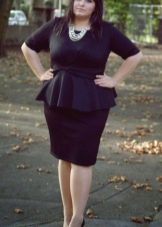 Черное офисное платье-футляр с баской для полных