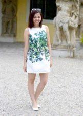 Короткое белое с принтом платье А-силуэта