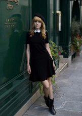 Черное короткое платье А-силуэта с белым воротничком