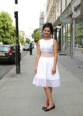Белое платье А-силуэта средней длины