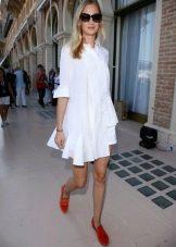 Короткое белое платье А-силуэта