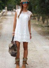 Платье А-силуэта и белого кружева
