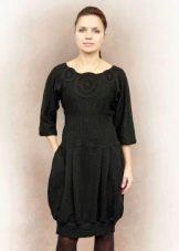 Вязаное черное платье-баллон