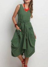 Платье-баллон в сочетание с крупной бижутерией