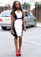 Черно-белое платье-футляр средней длины