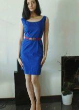 Синее платье-футляр на бретелях