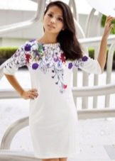 Белое платье из полиэстера с принтом в верхней части
