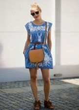 Штапельное платье с вышивкой и плетеные сандалии к нему