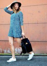 Платье из вискозы в сочетание с кедами и шляпой