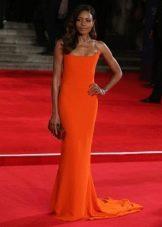 Длинное оранжевое платье прямого силуэта