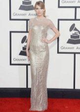 Длинное серебристое платье прямого силуэта с коротким рукавом