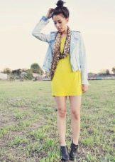 Куртка из денима и шарф к платью прямого силуэта