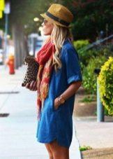 Короткое платье-рубашка в сочетание с шарфом и шляпой