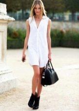 Белое короткое платье-рубашка без рукавов