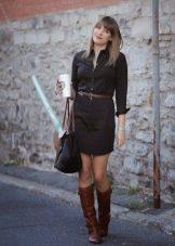 Черное платье-рубашка с коричневыми аксессуарами