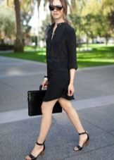 Черное платье-рубашка прямого кроя без пояса