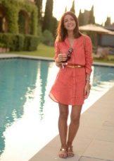 Короткое коралловое платье-рубашка