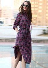 Клетчатое платье-рубашка на поясе с длинной ниже колена и с разрезами по бокам