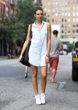 Платье-рубашка из денима с кросовками и объемной сумкой