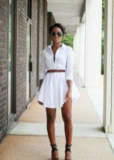 Короткое платье-рубашка с босоножками на каблуке