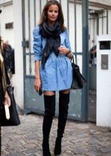 Джинсовое платье-рубашка с ботфортами