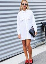 Белое платье-рубашка с яркими аксессуарами